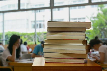 読書感想文を書く高校生